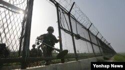 지난 2015년 경기도 파주시 한강하류에서 육군 9사단 장병이 지뢰탐지기를 들고 철책 통문을 나서고 있다. (자료사진)