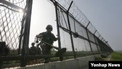 지난 12일 경기도 파주시 한강하류에서 육군 9사단 장병이 지뢰탐지기를 들고 철책 통문을 나서고 있다. (자료사진)