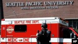 Un policía del SWAT vigila las afueras del edificio donde ocurrió el tiroteo dentro de la Universidad Seattle Pacífico.
