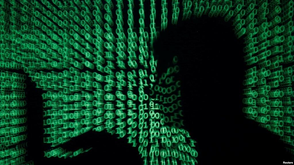 計算機代碼前一名操作電腦的男子
