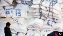 국제지원 식량을 하역하는 북한 근로자들 (자료사진)