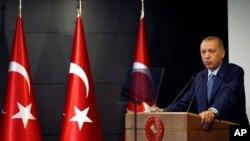 El presidente de Turquía, Recep Tayyip Erdogan, pronuncia un discurso en la televisión nacional desde su residencia oficial en Estambul, el domingo 24 de junio de 2018, atribuyéndose la victoria en críticas elecciones basado en resultados extraoficiales.
