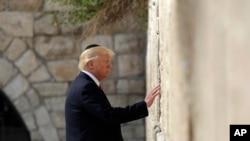 دونالد ترمپ، رئیس جمهور امریکا، در ماه می ۲۰۱۷ ضمن سفرش به اسرائیل، به زیارت دیوار ندبه رفت