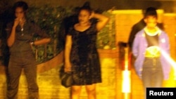 Prostitutas nas ruas de Nairobi (imagens desfocadas deliberadamente para proteger identidade das jovens)