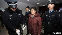 Zhang Shuxia, seorang dokter kandungan yang terlibat perdagangan bayi hadir dalam sidang pengadilan di pengadilan Weinan, propinsi Shaanxi (30/12).