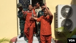 Meach Sovannara, the most senior Cambodia National Rescue Party official and another four other activists left the Supreme Court Wednesday, January 18, 2017. (Photo: Kann Vicheika/VOA Khmer)
