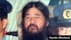 عکسی که خبرگزاری دولتی ژاپن، کیودو، در ۲۵ سپتامبر ۱۹۹۵ از شوکو آساهارا رهبر فرقه آخر الزمانی «آئوم» منتشر کرد.