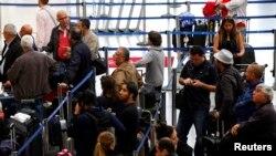 洛杉磯國際機場空管人員無薪休假造成延誤拖累旅客。(資料圖片)