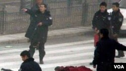 Tentara Tiongkok mengamankan lokasi seorang biksu Buddha yang tewas akibat membakar diri di provinsi Sichuan (foto: dok). Penganut Buddha telah beberapa kali melakukan aksi bakar diri memrotes penindasan pemerintah Tiongkok.