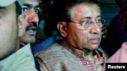 Cựu Tổng thống Pakistan Pervez Musharraf (phải) rời tòa án ở Islamabad, ngày 20/4/2013.