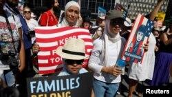 """纽约曼哈顿""""家庭属于一起""""的抗议人群(2018年6月30日路透社)"""