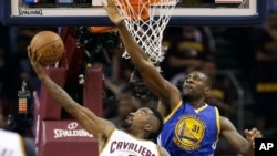 Finale NBA : Festus Ezeli et JR Smith, juin 2015 (AP Photo/Tony Dejak)