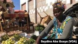 Une vendeuse de légumes au marché Castor de Dakar, le 25 janvier 2019.