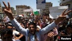 反对胡塞反政府武装的示威者在塔伊兹街头示威。(2015年3月26日)