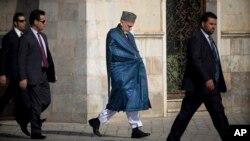 Afg'oniston prezidenti Hamid Karzay tan soqchilari bilan, 15-oktabr, 2013-yil.
