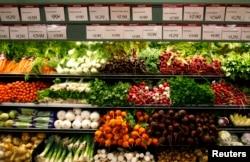 Berbagai sayuran organik di pasar Whole Foods Market di LaJolla, California, 13 Mei 2008.
