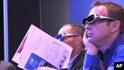 Na Sajmu elektronike u Las Vegasu posjetitelji nose 3D naočale kako bi se upoznali s najnovijom 3D tehnologijom televizije
