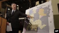 Wallikota Dallas Mike Rawlings menunjuk peta Dallas County dan daerah yang disemprot pestisida, Jumat (17/8).