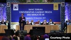 Presiden Jokowi memberikan kuliah umum pada raat terbuka memperingati dies natalis ke-68 UGM, Selasa (19/12). (Foto Humas UGM)