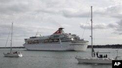 El Balmoral a su partida en el viaje en recuerdo del Titanic, en el puerto de Southampton, Inglaterra.