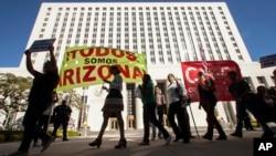 Activistas pro inmigrantes protestan en Los Angeles contra la ley de inmigración de Arizona.