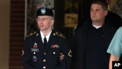 美國陸軍一等兵布拉德利曼寧(左)7月8日離開法院時的情形