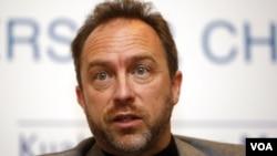 El fundador, Jimmy Wales, creó Wikipedia con la idea que puede ser una libre fuente de información.