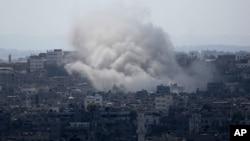 Khói bốc lên từ những vụ tấn công tên lửa của Israel vào thành phố Gaza, ngày 14/7/2014.