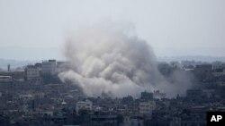 Columna de humo en Ciudad de Gaza, luego de un bombardeo israelí.