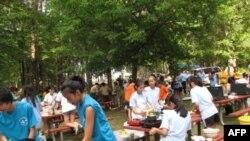 Các bạn trẻ thi nấu ăn tại Trại hướng đạo Lửa Việt 6, 25/6/2011