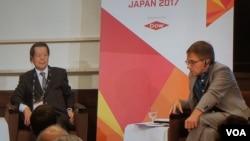 """伊恩·布雷默(右)在周四美国欧亚集团东京主办的""""政治峰会 日本2017""""上"""