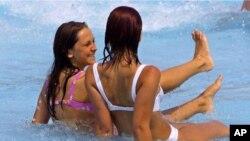 비키니 수영복을 입고 물놀이를 즐기는 소녀들