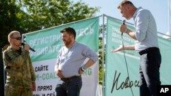 Леонид Волков (в центре) на митинге с Алексеем Навальным (справа).