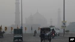 لاہور میں دھند کا ایک منظر۔ فائل فوٹو