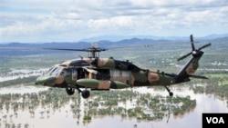 Perdana Menteri Australia Julia Gillard meninjau lokasi banjir di Queensland dengan menggunakan helikopter militer Australia, Sabtu, 8 Januari 2011.