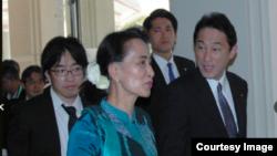 ေဒၚေအာင္ဆန္းစုၾကည္ရဲ႕ ဂ်ပန္ခရီးစဥ္ အတြင္းမွာ ေတြ႔ရတဲ့ Satoshi Oyama (သတင္းဓါတ္ပံု - Asahi Shimbun file photo)