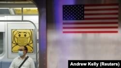 Seorang pelaju mengenakan masker saat di dalam kereta bawah tanah ketika jumlah kasus baru COVID-19 akibat varian Delta terus bertambah di Kota New York, AS, 26 Juli 2021. (Foto: Andrew Kelly/Reuters)