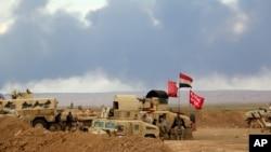 이라크군과 시아파 민병대로 구성된 연합군이 ISIL을 상대로 싸우고 있는 가운데 티크리트 외곽 지역에서 연기가 피어오르고 있다.