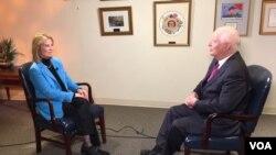 بن کاردین، سناتور دموکرات، حین مصاحبه با گریتا وان سستیرن، همکار صدای امریکا