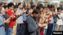 Para pendukung kelompok Ikwanul Muslimin dan mantan Presiden Mohamed Mursi melakukan shalat berjamaah di luar gedung pengadilan di mana Morsi diadili di Kairo, Senin (4/11).