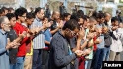穆斯林兄弟会及被推翻的总统穆尔西的支持者在审判穆尔西的地点外集体祈祷。(2013年11月4日)
