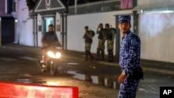 Beberapa tentara dan polisi Maladewa berjaga di jalan utama, setelah pemerintah memberlakukan keadaan darurat selama 15 hari di Male, Maladewa, 6 Februari 2018.