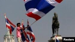 Người biểu tình chống chính phủ phất cờ trong tại Royal Plaza gần Tòa nhà Chính phủ tại Bangkok, ngày 9/12/2013.