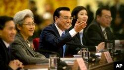 中國總理李克強 (中) 在人大的記者會上(2015年3月15日)