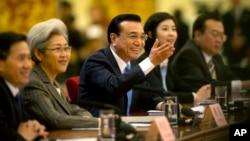 中國總理李克強 (中)2015年3月15日 在人大的記者會上。