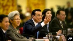 中国总理李克强 (中) 在人大的记者会上(2015年3月15日)