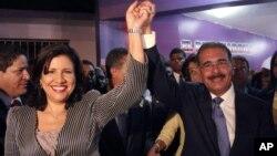 Danilo Medina, derecha y Margarita Cedeño, celebran su triunfo en las elecciones presidenciales realizadas este domingo 20 de mayo de 2012.