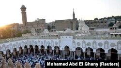 Umat Muslim berkumpul untuk salat Iduladha di dalam Masjid Al-Azhar di Kairo, Mesir 20 Juli 2021. (Foto: REUTERS/Mohamed Abd El Ghany)