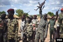 A South Sudanese government soldier raises his gun and chants at Jebel Makor, 45 minutes outside South Sudan's capital Juba, April 14, 2016. (Credit: Jason Patinkin)