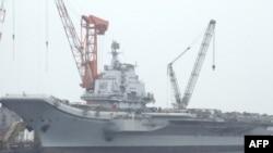 Con tàu Varyag mà Trung Quốc mua lại từ Ukraina sau khi Liên bang Xô Viết sụp đổ, và được kéo về cảng Đại Liên năm 2002